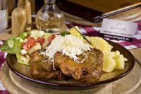 Hlavné mäsité jedlá: bravčový čiernohorský rezeň s varenými zemiakmi, šalát
