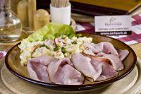 šovdra-domáca údená šunka so zemiakovým šalátom